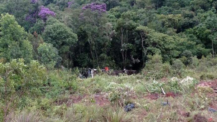 Duas pessoas morrem e 23 ficam feridas após ônibus que saiu do ES cair de ribanceira, em MG