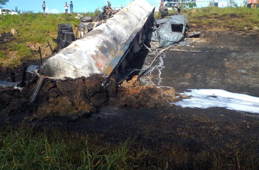 Carreta com combustível tomba e motorista morre carbonizado após incêndio, em Nova Venécia