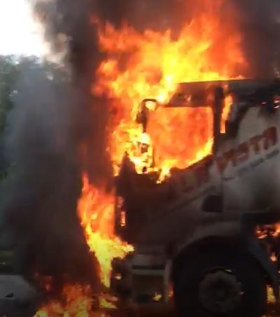 [Vídeo] Carreta pega fogo e trânsito é desviado na BR-101, em Fundão