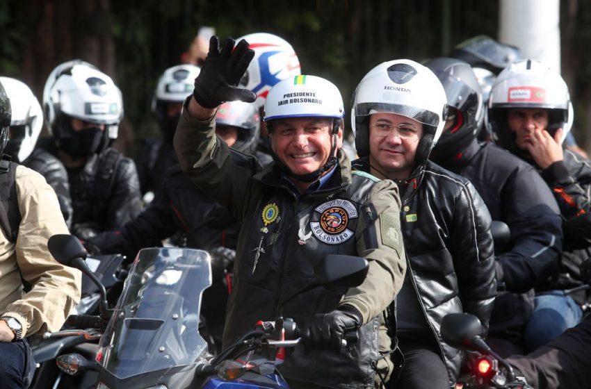 Bolsonaro é multado após andar de moto sem máscara em passeio com apoiadores, em SP