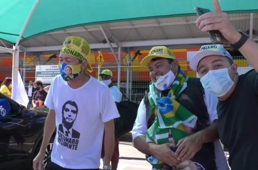 [Vídeo] Capixabas apoiadores de Bolsonaro marcam presença na chegada do presidente no ES