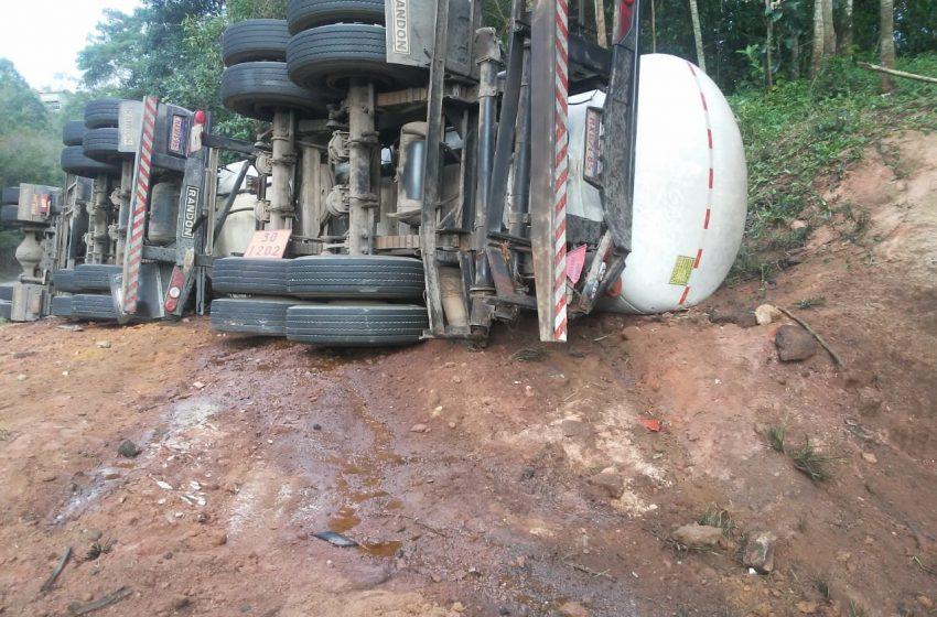 Carreta que carregava óleo diesel tomba e parte do combustível atinge riacho, em Marechal Floriano