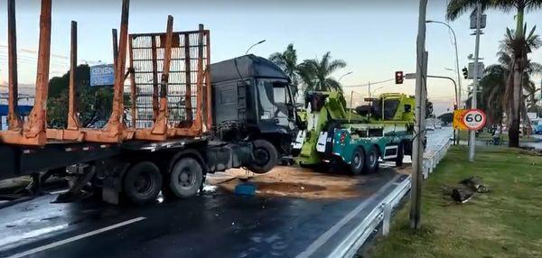 Carretas se envolvem em acidente na BR-101, na Serra; pista é liberada, após remoção de veículo