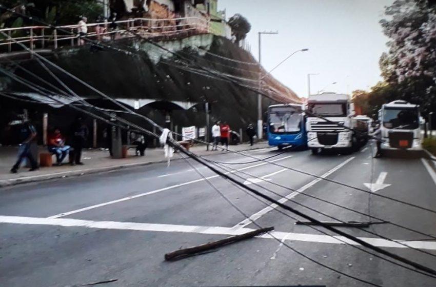 Carro colide e derruba poste na BR-262, em Cariacica