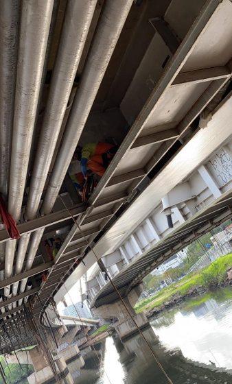 Ação de limpeza retira mais de 2,6 toneladas de borrachões na Ponte da Passagem, em Vitória