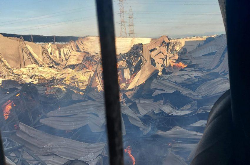 Bombeiros permanecem em operação de conter chamas de incêndio em Carapina
