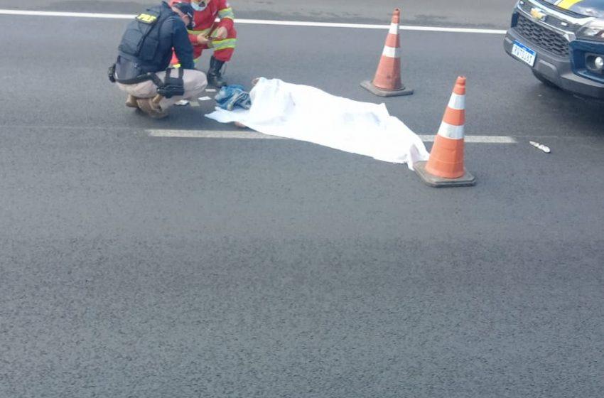 Pedestre morre atropelado na BR-101, em Viana