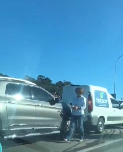 Engavetamento envolve quatro veículos na Terceira Ponte; trânsito fica lento em Vila Velha