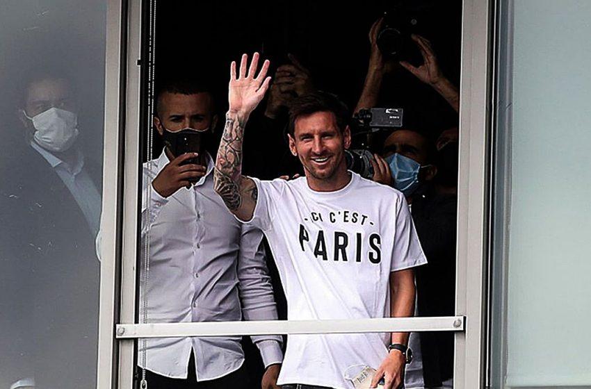 Lionel Messi é recebido como herói na França após acertar com o PSG